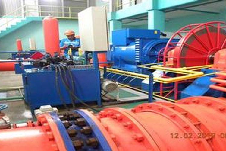 Seorang petugas PT Perusahaan Listrik Negara (Persero) tengah memantau operasi Pembangkit Listrik Tenaga Mini Hidro (PLTM) Walesi unit 6 dan 7 kapasitas 2 x 600 kiloWatt, yang berlokasi di Distrik Wamena, Kabupaten Jayawijaya, Provinsi Papua, Selasa (12/2/2013). Dengan beroperasinya 2 unit pembangkit itu, konsumsi bahan bakar minyak untuk pembangkit di daerah itu turun 200 kiloliter per bulan.