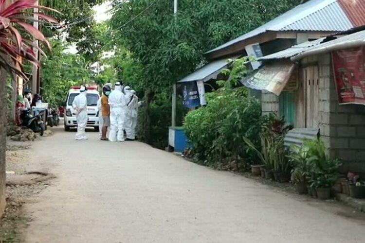 Dua warga Kota Baubau, Sulawesi Tenggara, dinyatakan positif corona. Kedua warga tersebut dijemput tim medis dan kepolisian dengan menggunakan alat pelindung diri.