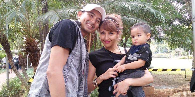 Ryan Delon dan Sharena Gunawan diabadikan bersama putra mereka, Ryshaka Dharma, di Jakarta, Sabtu (31/10/2015).
