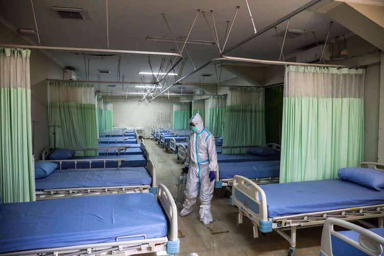 Tenaga kesehatan menggunakan alat pelindung diri (APD) menyiapkan peralatan kesehatan di ruang isolasi pasien Covid-19 di Stadion Patriot Chandrabhaga, Bekasi, Jawa Barat, Kamis (10/9/2020). Sebanyak 55 tempat tidur telah disiapkan pihak Pemerintah Kota Bekasi di stadion tersebut sebagai tempat untuk isolasi mandiri pasien Covid-19.
