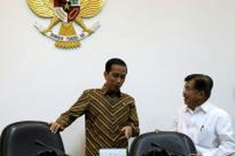 Presiden Joko Widodo berbincang dengan Wakil Presiden Jusuf Kalla sebelum dimulainya Rapat Terbatas di  Kantor Presiden, Jakarta, untuk mengikuti Rapat Terbatas, Selasa (7/4/2015).