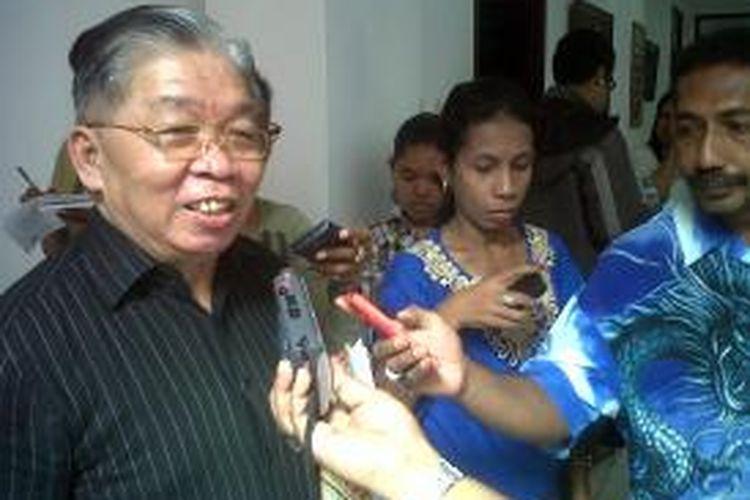 Uskup Diosis Ambonia, PC Mandagi, saat memberikan keterangan kepada wartawan di Keuskupan Amboina, Jumat (6/9/2013).