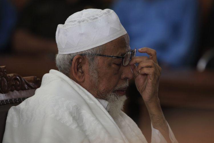 Ustad Abu Bakar Baasyir menjalani sidang kasus terorisme di Pengadilan Negeri Jakarta Selatan, Kamis (16/6/2011).Baasyir dijatuhi vonis 15 tahun penjara oleh Majelis Hakim, karena terbukti terlibat dalam perencanaan pelatihan bersenjata api di Pegunungan Jalin Jantho di Aceh Besar, hingga mengumpulkan pendanaan sebesar Rp 1 miliar untuk pelatihan tersebut. KOMPAS IMAGES/RODERICK ADRIAN MOZES