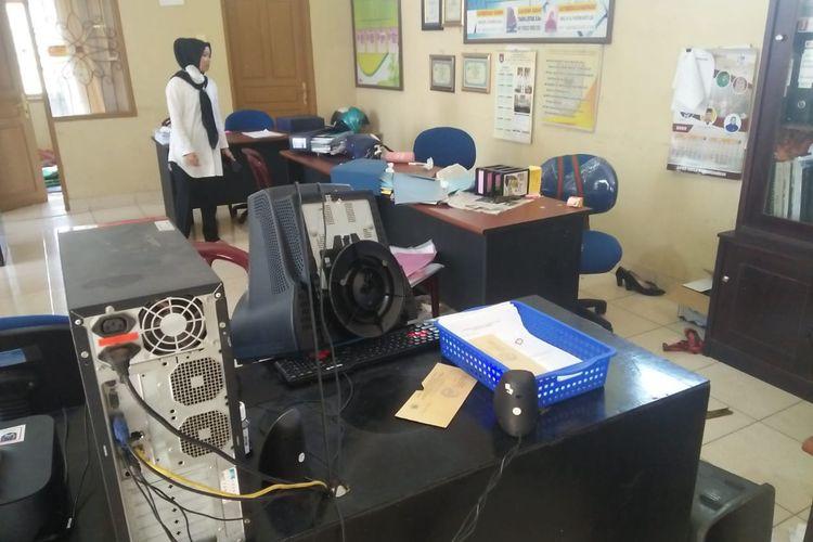 Kondisi kantor Lurah Pakan Sinayan Payakumbuh setelah diacak-acak oleh sekumpulan kera, Rabu (15/4/2020).