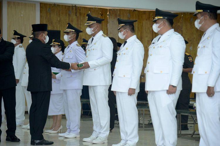 Gubernur Sumut Edy Rahmayadi mengikuti upacara pemakaman adik kandungnya Kombes Zulfikar Tarius yang dipimpin Kapolda Sumut RZ Panca Putra di Taman Makam Pahlawan Bukit Barisan, Medan, Senin (26/4/2021)