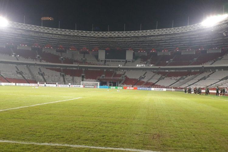 Kondisi rumput lapangan Stadion Utama Gelora Bung Karno, Jakarta saat sesi latihan timnas Indonesia, Senin (12/11/2018).