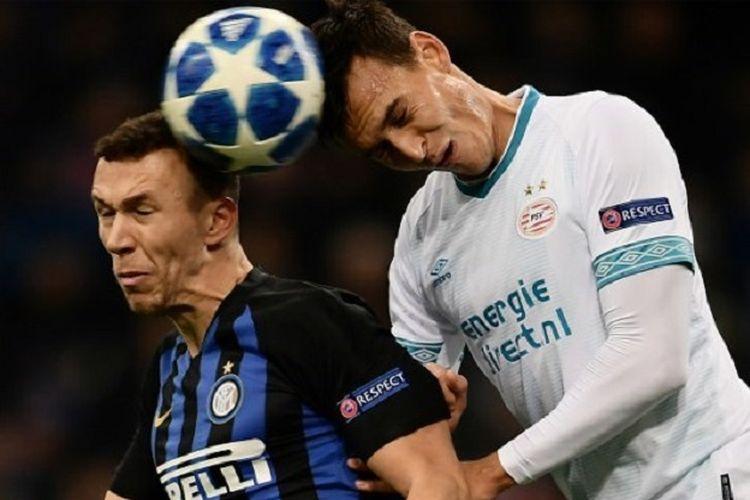 Ivan Perisic dan Trent Sainsbury mencoba menyundul bola pada pertandingan Inter Milan vs PSV Eindhoven dalam lanjutan Liga Champions di Stadion Giuseppe Meazza, 11 Desember 2018.