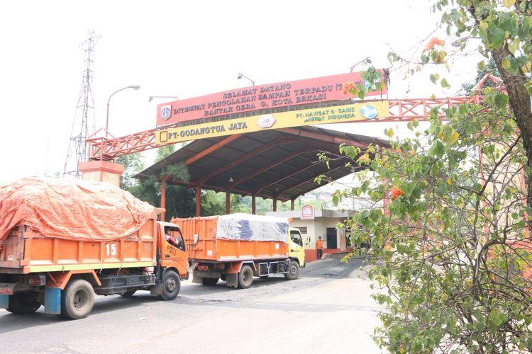 Truk sampah memasuki area TPST Bantargebang untuk proses hilirisasi sampah