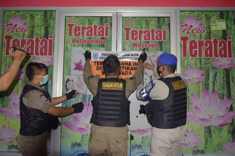 Petugas Satpol PP Tangerang Selatan menyegel panti pijat di kawasan Bintaro karena beroperasi saat PSBB, Selasa (20/10/2020)