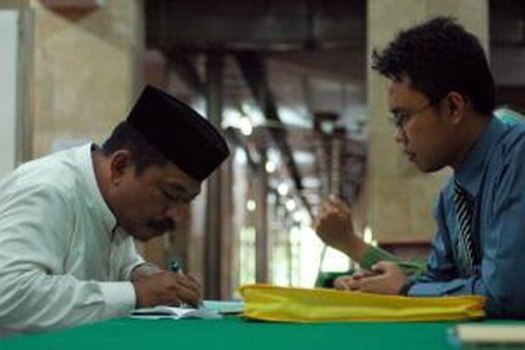 Umat menyalurkan zakat di bulan Ramadhan melalui Lembaga Amil Zakat Masjid Istiqlal, Jakarta Pusat, Kamis (9/9/2010). Zakat ini nantinya akan disalurkan kepada warga miskin.