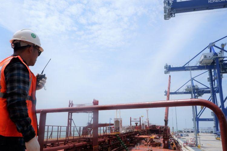 Proses pengapalan CPO untuk diekspor ke India di Kuala Tanjung Multipurpose Terminal.