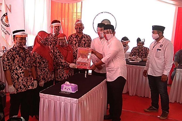 Ketua KPU Ngawi Prima Aequina Sulistyanti menerima syarat pendaftaran calon bupati dan wakil bupati Ngawi dalam pertarungan pilkada serentak tahun 2020 mendatang.
