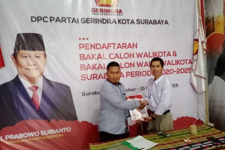 Hariyadi Nugroho, relawan dari terdakwa kasus vlog idiot, Ahmad Dhani, mengaku disuruh Dhani mengambil formulir pendaftaran calon wali kota Surabaya untuk Pilkada 2020 di kantor DPC Partai Gerindra Surabaya, Sabtu (26/10/2019).