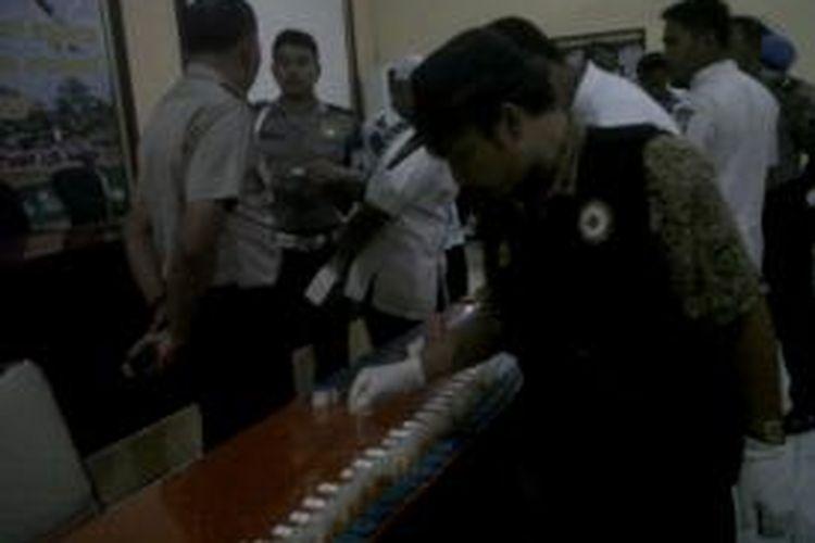 Test urin yang dilakukan jajaran Polres Sumenep beberapa waktu lalu. Satu anggota diberhentikan tidak dengan hormat setelah menjalani sidang kode etik profesi.