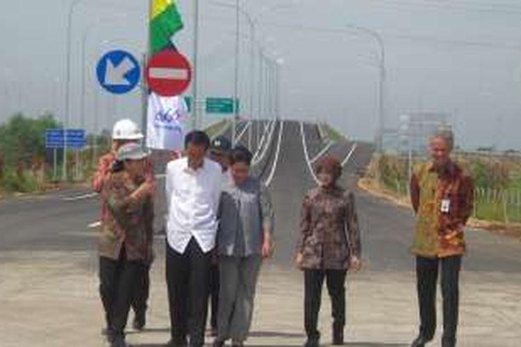 Presiden Joko Widodo saat meninjau proyek tol Pejaagan-Pemalang, Brebes, Jawa Tengah, Senin (11/4/2016).
