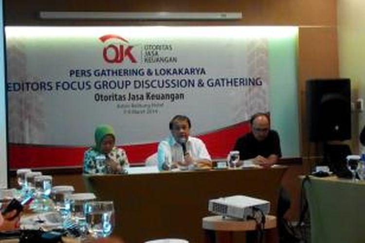 Wakil Ketua Dewan Komisioner Otoritas Jasa Keuangan Rachmat Waluyanto (tengah)