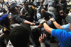 Ricuh Demo Mahasiswa di Palembang, 3 Polisi Jadi Korban Lemparan Batu
