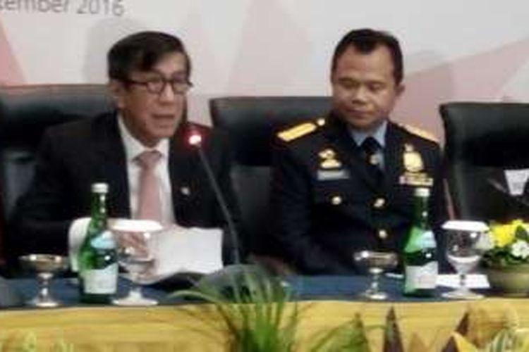 Menkumham Yasonna Laoly bersama Dirjen Imigrasi, Ronny F Sompie saat konferensi pers acara Pertemuan Dirjen Imigrasi se-ASEAN di Kuta, Rabu (21/9/2016)