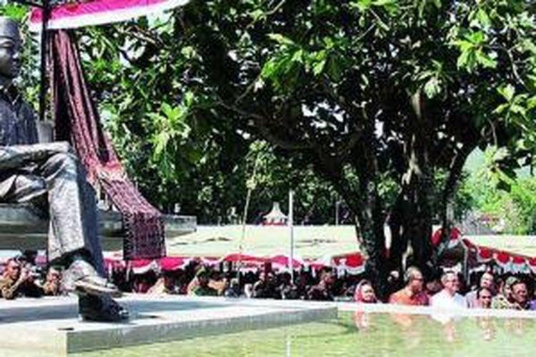 Wakil Presiden Boediono melihat patung Bung Karno duduk menghadap laut di bawah pohon sukun seusai peresmiannya di Taman Rendo, Ende, Nusa Tenggara Timur, Sabtu (1/6/2013). Di lokasi itu, saat di pengasingan (1934-1938), Bung Karno menemukan nilai-nilai Pancasila. Taman Rendo direvitalisasi arsitek Andra Matin dan perupa Hanafi. Ada sembilan situs Bung Karno lain yang akan direvitalisasi.