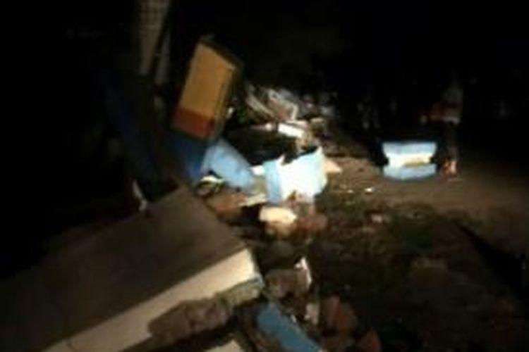 Travo listrik PLN dan pagar sekolah di Majene sulawesi barat robo disambar petir Jumjat Dinihari tadi malam.