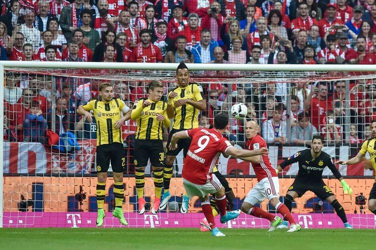 Striker Bayern Muenchen, Robert Lewandowski, mencetak gol tendangan bebas ke gawang Borussia Dortmund pada partai lanjutan Bundesliga 1 - kasta teratas Liga Jerman - di Allianz Arena, Sabtu (8/4/2017).