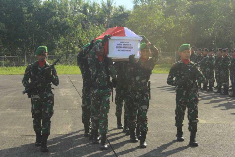 Kedatangan jasad almarhum prada Sujono Kaimudin di Lanud Pattimura Ambon disambut dengan upacara militer, Selasa (18/2/2020) sore. Prada Sujono Kaimudin merupakan satu dari 12 prajurit TNI AD yang menjadi korban kecelakaan Heli MI-17 di Pegunungan Bintang sejak 28 Juni 2019.