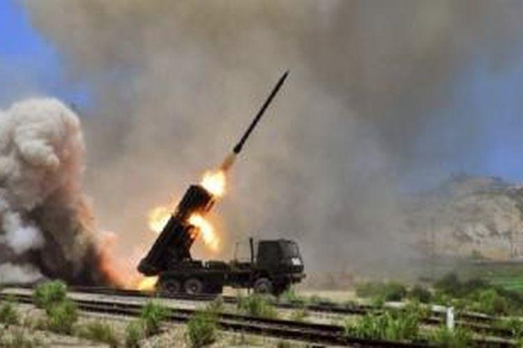 Korea Utara saat melakukan uji coba peluncuran roket dari tempat yang dirahasiakan