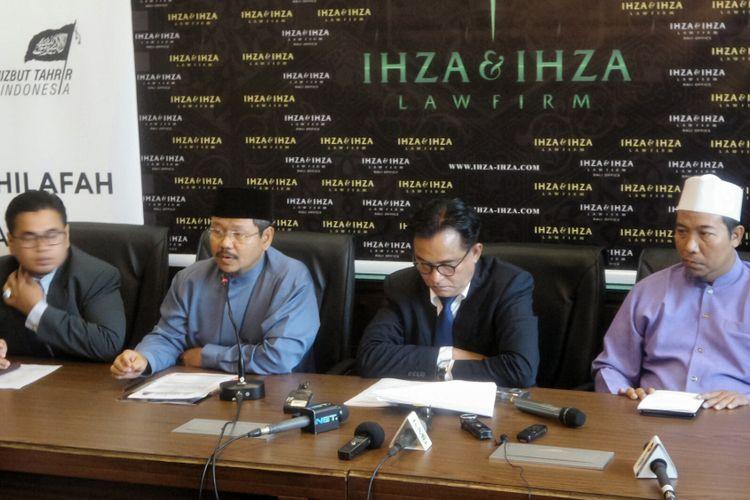 Juru Bicara HTI Ismail Yusanto saat memberikan keterangan pers terkait pembentukan Tim Pembela HTI di kantor hukum Yusril Ihza Mahendra, Jakarta Selatan, Selasa (23/5/2017).  Tim pembela tersebut dibentuk untuk menghadapi gugatan pembubaran oleh pemerintah di pengadilan.