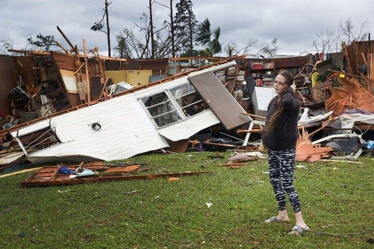 Seorang penduduk berdiri di depan puing-puing rumah setelah badai Michael menerjang Panama City, Florida, Amerika Serikat, pada Rabu (10/10/2018). (AFP/Joe Raedle)