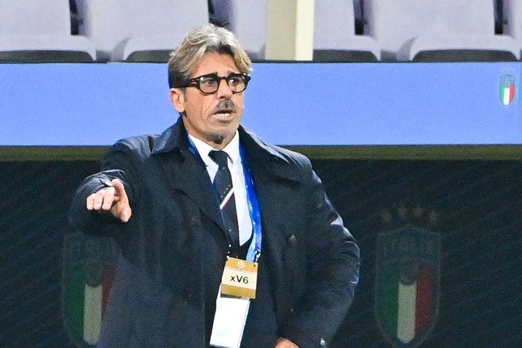 Asisten pelatih timnas Italia, Alberico Evani, pada laga persahabatan kontra Estonia, Kamis (12/11/2020). Dia menggantikan pelatih kepala, Roberto Mancini, yang tengah menjalani isolasi mandiri seusai dinyatakan positif Covid-19.