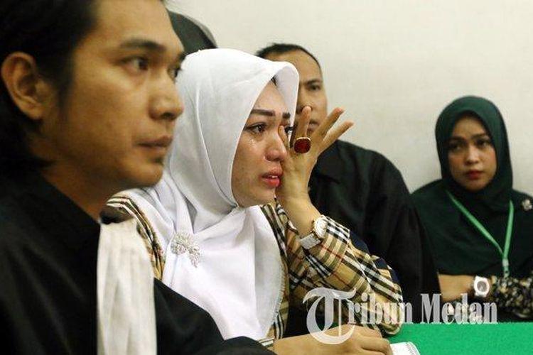 Terdakwa Febi Nur Amelia (dua kanan) menangis mendengarkan kesaksian korban Fitriani Manurung saat sidang kasus UU Informasi dan Transaksi Elektronik (ITE), di Pengadilan Negeri, Medan, Selasa (18/2/2020). Agenda sidang pemeriksaan saksi terhadap kasus UU ITE dengan terdakwa Febi Nur Amelia.