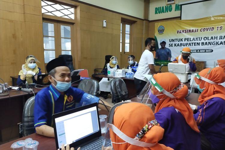 sejumlah Atlet, Pelatih, offcial yang tergabung dalam pelaku olahraga dilakukan vaksin, di ruang rapat pendopo dinas Bupati Bangkalan, Selasa, (2021/6/8).