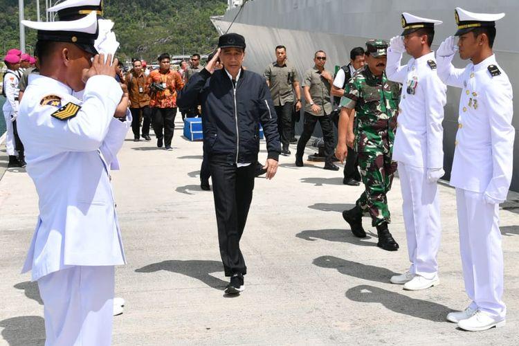 Presiden Joko Widodo meninjau kapal perang KRI Usman Harun 359 dan KRI Karel Satsuit Tubun 356 di Pangkalan Angkatan Laut Terpadu Selat Lampa, Kabupaten Natuna, Rabu (8/1/2020).