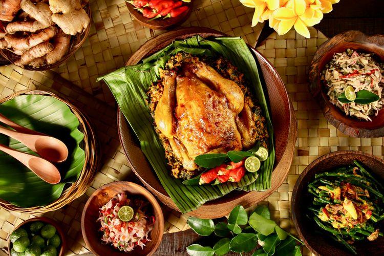 Ilustrasi ayam betutu khas Bali, dihidangkan dengan sambal matah, jukut antungan, dan lawar nangka.