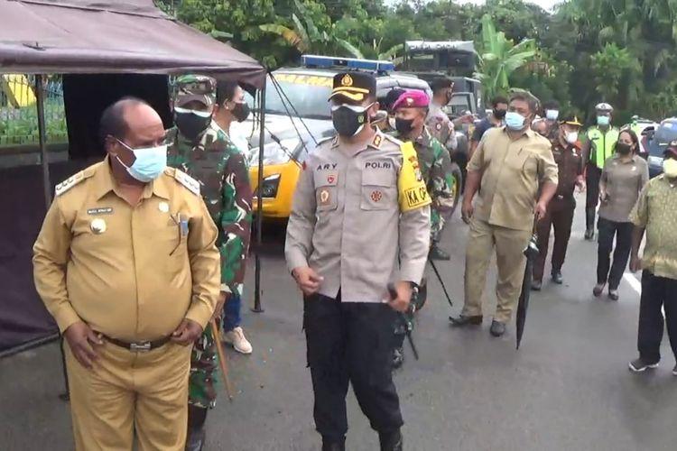 Wali Kota Sorong bersama pimpinan TNI dan Polri memantau PPKM Darurat.