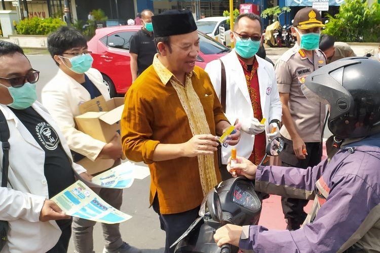 Bupati Banyumas Achmad Husein bersama anggota Ikatan Apoteker membagikan handsanitizer kepada pengguna jalan di Purwokerto, Kabupaten Banyumas, Jawa Tengah, Kamis (19/3/2020).