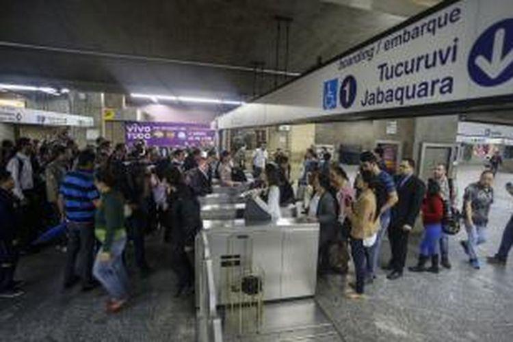 Tumpukan calon penumpang terlihat di salah satu stasiun di Sao Paulo, Brasil, Jumat (6/6/2014), saat para pekerja kereta bawah tanah menggelar aksi mogok menyusul kegagalan negosiasi kenaikan gaji pada sehari sebelumnya.