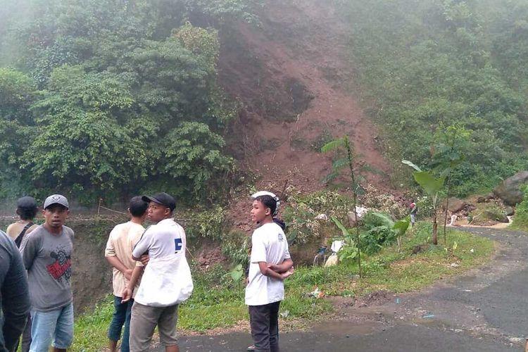 Akses jalan provinsi di Kabupaten Lebak, terputus karena tertimbun longsor Sabtu (29/5/2021).