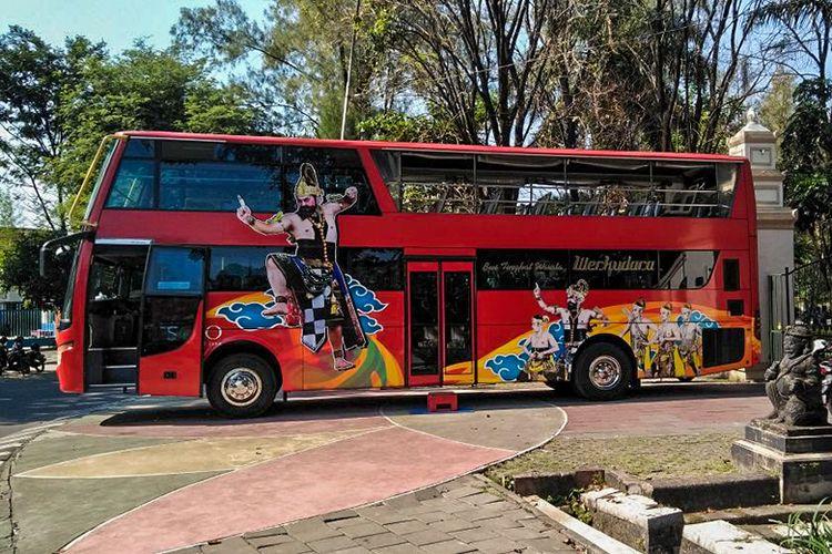 Bus tingkat Werkudara yang akan membawa wisatawan keliling Kota Solo.