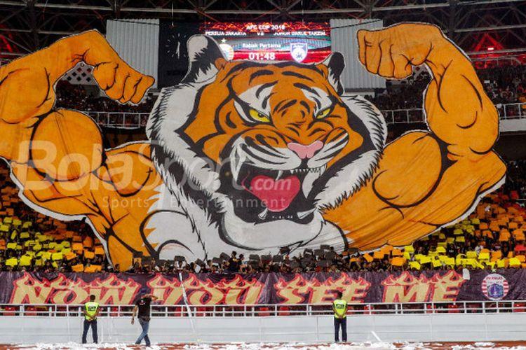 Koreografi pendukung Persija Jakarta atau The Jakmania dalam pertandingan kelima Grup H Piala AFC 2018 melawan Johor Darul Takzim di Stadion Utama Gelora Bung Karno, Selasa (10/4/2018).