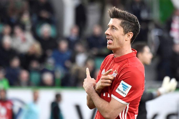 Penyerang Bayern Muenchen, Robert Lewandowski, merayakan golnya setelah membobol gawang VfL Wolfsburg pada 29 April 2017.