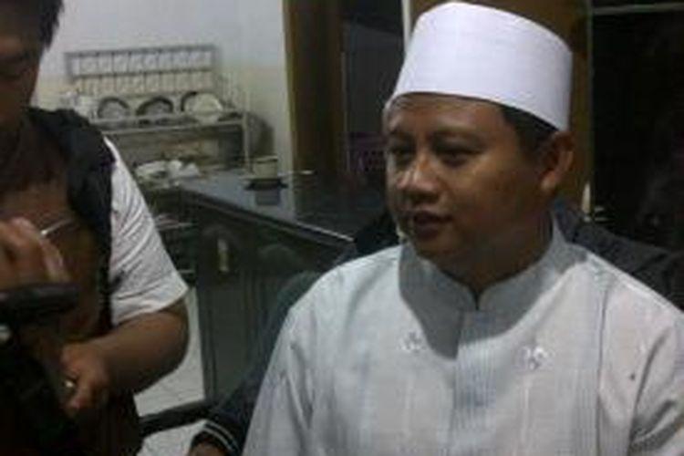 Bupati Tasikmalaya Uu Ruzhanul Ulum saat diwawancara wartawan usai mengumpulkan seluruh rekanan dalam rangka mengumpulkan sumbangan bagi korban longsor, Jumat (25/7/2014).