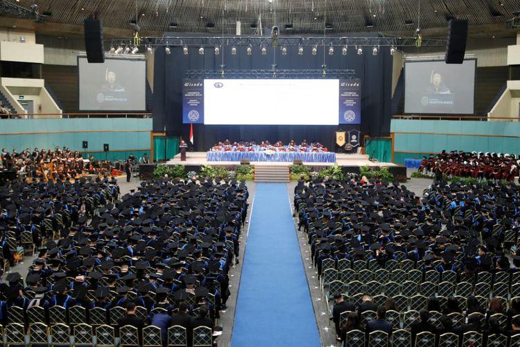 Para wisudawan Universitas Prasetiya Mulya dalam acara wisuda bertema ?Rediscovering Openness in The Age of Connected Intelligent Technologies? yang diselenggarakan di Jakarta Convention Center pada Selasa (10/12).