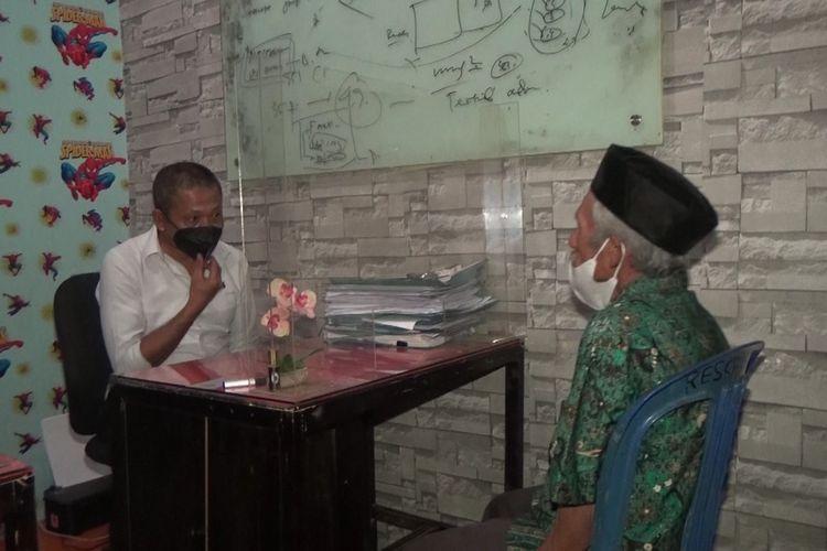 SU (65), seorang dukun tengah menjalani pemeriksaan oleh aparat Kepolisian Polres Gowa, Sulawesi Selatan sebagai saksi dalam kasus AP (6), yang menjadi korban ritual oleh kedua orangtuanya. Selasa, (8/9/2021).