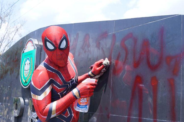Spiderman sampah membersihkan coretan di papan kantor DPRD Parepare (Sumber: Dokumen pribadi Rudi)