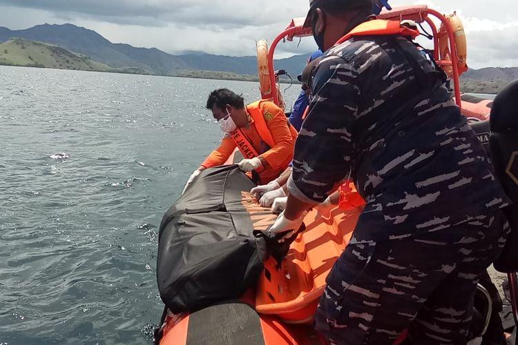 Foto : Tims Sar Gabungan mengevakuasi sesosok jenasah yang ditemukan mengapung di peairan Pulau Komodo, Manggarai Barat, NTT, Sabtu (5/12/2020).
