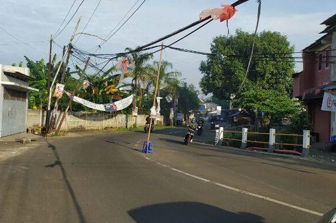 Kabel Menjuntai di Ciputat Disangga Bambu, Pengendara Waswas