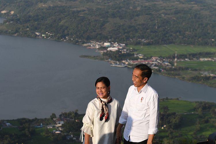 Presiden Joko Widodo (kanan) didampingi Ibu Negara Iriana Joko Widodo mengunjungi kawasan Sipinsur Geosite di Kabupaten Humbang Hasundutan (Humbahas), Sumatera Utara, Senin (29/7/2019). Kawasan hutan pinus itu berada di ketinggian 1.213 meter di atas permukaan laut serta memiliki luas sekitar dua hektar dan diharapkan dapat menjadi tempat wisata keluarga dan milenials untuk menikmati pemandangan Danau Toba.