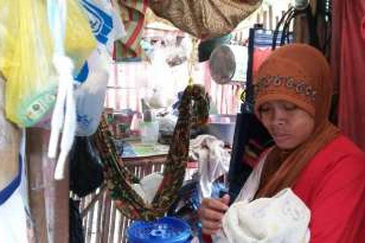 Istri dan anak Maulana (28), asal Kota Kota Tasikmalaya, saat ditemui di gubuk bambu bekas kandang ayam sebagai rumah mereka, Kamis (28/4/2016).