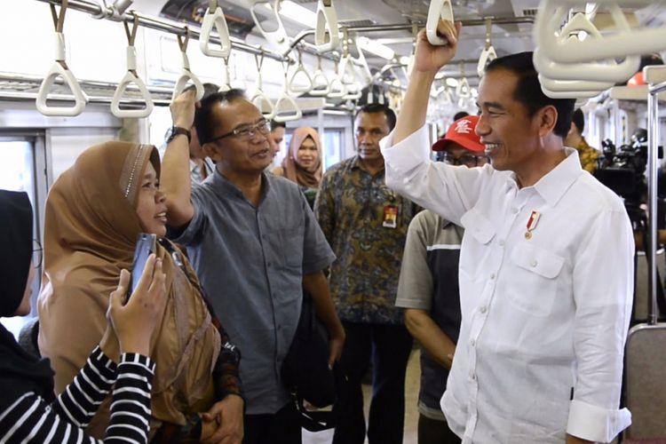 Presiden Joko Widodo saat menaiki commuter line, Kamis (28/9/2017).